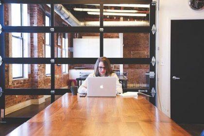 Nainen istuu pöydän ääressä